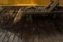 Καρέκλα παραλιών στη βροχερή ημέρα Στοκ Φωτογραφίες