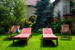 Καρέκλα παραλιών στο χορτοτάπητα Στοκ εικόνα με δικαίωμα ελεύθερης χρήσης