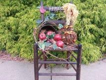 Καρέκλα που διακοσμείται ξύλινη για το φθινόπωρο Στοκ Εικόνες