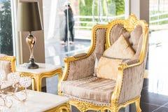 Καρέκλα πολυτέλειας με τη χρυσή διακόσμηση στο ξενοδοχείο Στοκ φωτογραφία με δικαίωμα ελεύθερης χρήσης