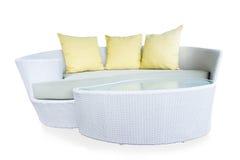 Καρέκλα ραβδιών μπαμπού ύφανσης επίπλων καναπέδων με τα κίτρινα μαξιλάρια Στοκ Εικόνα