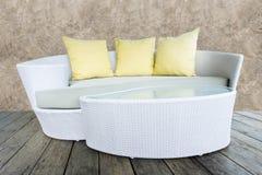 Καρέκλα ραβδιών μπαμπού ύφανσης επίπλων καναπέδων με τα κίτρινα μαξιλάρια Στοκ φωτογραφίες με δικαίωμα ελεύθερης χρήσης