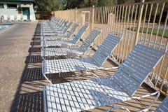 Καρέκλες γεφυρών και πισίνα Στοκ φωτογραφία με δικαίωμα ελεύθερης χρήσης