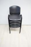 Καρέκλες γραφείων στο κενό δωμάτιο - σωστό μετά από να κινηθεί μέσα Στοκ Εικόνες