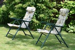 Καρέκλες κήπων στον κήπο Στοκ Εικόνες