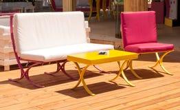 Καρέκλες και πίνακας εστιατορίων Στοκ Εικόνες
