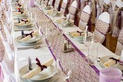 καρέκλες και πίνακας που τίθενται με τις διακοσμήσεις Στοκ Εικόνες