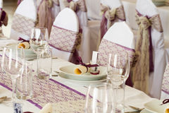 καρέκλες και πίνακας που τίθενται με τις διακοσμήσεις Στοκ εικόνες με δικαίωμα ελεύθερης χρήσης