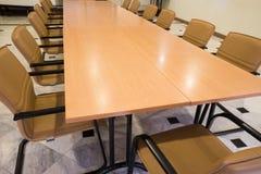 Καρέκλες και πίνακας συνεδρίασης Στοκ εικόνα με δικαίωμα ελεύθερης χρήσης
