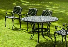 Καρέκλες και πίνακας χυτοσιδήρου Στοκ Φωτογραφία