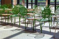 Καρέκλες μετάλλων και ξύλινοι πίνακες στην αίθουσα Στοκ φωτογραφίες με δικαίωμα ελεύθερης χρήσης
