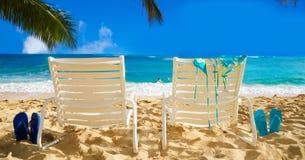 Καρέκλες παραλιών με τις πτώσεις κτυπήματος από τον ωκεανό Στοκ φωτογραφία με δικαίωμα ελεύθερης χρήσης