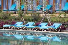 Καρέκλες παραλιών χαλάρωσης και πισίνα Στοκ φωτογραφίες με δικαίωμα ελεύθερης χρήσης