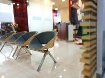 Καρέκλες πελατών που περιμένουν τους υπαλλήλους τραπεζών στην Ταϊλάνδη, queu Στοκ Εικόνες