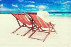 καρέκλες στην άσπρη παραλία άμμου εκλεκτής ποιότητας αναδρομική επίδραση ύφους Στοκ Εικόνες