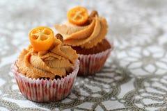 Καραμέλα κρέμας cupcake που διακοσμείται από τα αμύγδαλα Στοκ Εικόνες