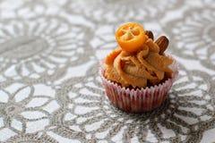 Καραμέλα κρέμας cupcake που διακοσμείται από τα αμύγδαλα Στοκ φωτογραφίες με δικαίωμα ελεύθερης χρήσης