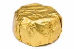 Καραμέλα που τυλίγεται στο χρυσό φύλλο αλουμινίου Στοκ εικόνες με δικαίωμα ελεύθερης χρήσης