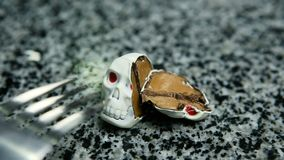 Καραμέλα σοκολάτας στη μορφή κρανίων σκελετών με την πλήρωση καραμέλας που κινείται από το δίκρανο φιλμ μικρού μήκους