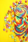 Καραμέλες γλειφιτζουριών με τη ζάχαρη ζωηρόχρωμη σειρά γλυκών και απολαύσεων childs lollipops με την καραμέλα στοκ φωτογραφίες με δικαίωμα ελεύθερης χρήσης