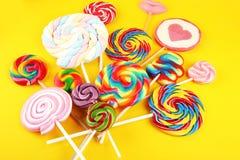Καραμέλες γλειφιτζουριών με τη ζάχαρη ζωηρόχρωμη σειρά γλυκών και απολαύσεων childs lollipops με την καραμέλα στοκ φωτογραφία με δικαίωμα ελεύθερης χρήσης