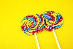 Καραμέλες γλειφιτζουριών με τη ζάχαρη ζωηρόχρωμη σειρά γλυκών και απολαύσεων childs lollipops με την καραμέλα στοκ εικόνα