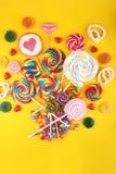 Καραμέλες γλειφιτζουριών με τη ζάχαρη ζωηρόχρωμη σειρά γλυκών και απολαύσεων childs lollipops με την καραμέλα στοκ εικόνες με δικαίωμα ελεύθερης χρήσης