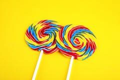 Καραμέλες γλειφιτζουριών με τη ζάχαρη ζωηρόχρωμη σειρά γλυκών και απολαύσεων childs lollipops με την καραμέλα στοκ εικόνες