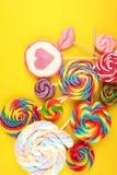 Καραμέλες γλειφιτζουριών με τη ζάχαρη ζωηρόχρωμη σειρά γλυκών και απολαύσεων childs lollipops με την καραμέλα στοκ εικόνα με δικαίωμα ελεύθερης χρήσης