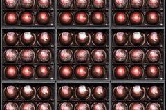 Καραμέλες σοκολάτας στα giftboxes Ανάμεικτη βιομηχανία ζαχαρωδών προϊόντων σοκολατών στα κιβώτια δώρων τους Σύνολο ζωηρόχρωμα bon Στοκ Εικόνες