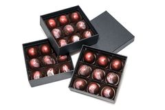 Καραμέλες σοκολάτας στα giftboxes που απομονώνονται στο άσπρο υπόβαθρο Ανάμεικτη βιομηχανία ζαχαρωδών προϊόντων σοκολατών στα κιβ Στοκ φωτογραφία με δικαίωμα ελεύθερης χρήσης