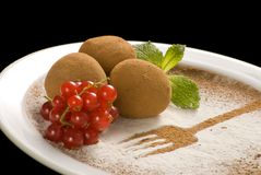 Καραμέλες τρουφών σοκολάτας με το οργανικό κακάο σε ένα άσπρο πιάτο στοκ εικόνες