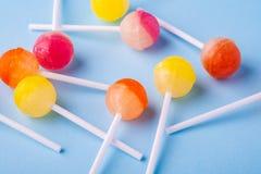 Καραμέλες Lollipop στην μπλε άποψη γωνίας υποβάθρου στοκ εικόνα