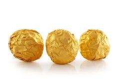Καραμέλα γλυκιάς σοκολάτας που τυλίγεται στο χρυσό φύλλο αλουμινίου Στοκ Εικόνες