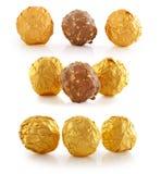 Καραμέλα γλυκιάς σοκολάτας που τυλίγεται στο χρυσό φύλλο αλουμινίου Στοκ Φωτογραφίες
