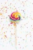 Καραμέλα - η ζωηρόχρωμη ζάχαρη ψεκάζει και ένα lollipop στοκ εικόνες με δικαίωμα ελεύθερης χρήσης