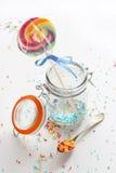 Καραμέλα - η ζωηρόχρωμη ζάχαρη ψεκάζει και ένα lollipop Στοκ Εικόνες