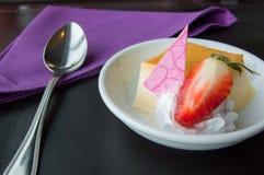 Καραμέλα κρέμας με τη φράουλα, γλυκά Στοκ εικόνες με δικαίωμα ελεύθερης χρήσης