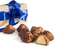 Καραμέλα σοκολάτας με ένα δώρο Στοκ φωτογραφίες με δικαίωμα ελεύθερης χρήσης