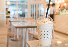 καραμέλα milkshake στον πίνακα στοκ φωτογραφίες με δικαίωμα ελεύθερης χρήσης