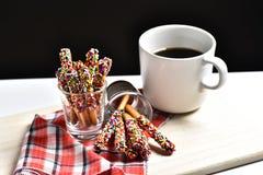 Καραμέλα Pepero με τον καυτό καφέ στο ξύλινο υπόβαθρο Στοκ Εικόνα