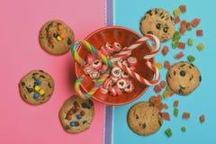 Καραμέλες και μπισκότα τσιπ σοκολάτας Στοκ Φωτογραφία