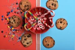 Καραμέλες και μπισκότα τσιπ σοκολάτας Στοκ εικόνα με δικαίωμα ελεύθερης χρήσης