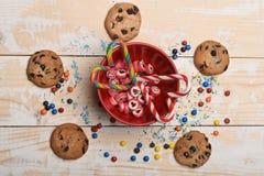 Καραμέλες και μπισκότα τσιπ σοκολάτας Στοκ φωτογραφία με δικαίωμα ελεύθερης χρήσης