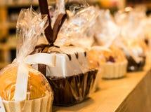 Καραμέλες σοκολάτας και λαϊκό κέικ Στοκ εικόνες με δικαίωμα ελεύθερης χρήσης
