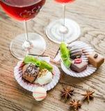 Καραμέλες σοκολάτας πολυτέλειας με δύο ποτήρια του κρασιού στοκ φωτογραφία