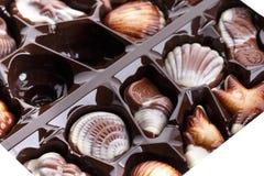 Καραμέλες σοκολάτας στην άσπρη ανασκόπηση Στοκ φωτογραφία με δικαίωμα ελεύθερης χρήσης