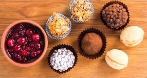 Καραμέλες σοκολάτας στο ξύλινο πιάτο Στοκ Εικόνες