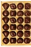 Καραμέλες σοκολάτας των διαφορετικών μορφών σε ένα χρυσό κιβώτιο, τοπ άποψη, s στοκ φωτογραφίες με δικαίωμα ελεύθερης χρήσης