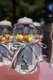 Καραμέλες στα βάζα καραμελών πλαστικών Στοκ Εικόνες